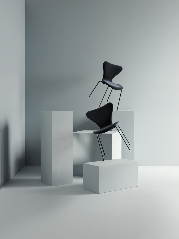 In der Limited Edition lala Berlin x Republic of Fritz Hansen trifft Mode- auf Möbeldesign.