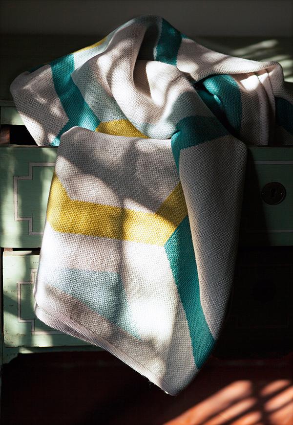 """Die Merino-Decke """"Watery Shell"""" aus der Kollektion """"Spotted & Beyond"""" von Catharina Mende."""