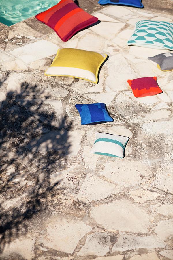 Gestrickt und in leuchtenden Farben verleihen die Kissen jedem Sofa, Sessel oder jeder Bank einen dekorativen Akzent.