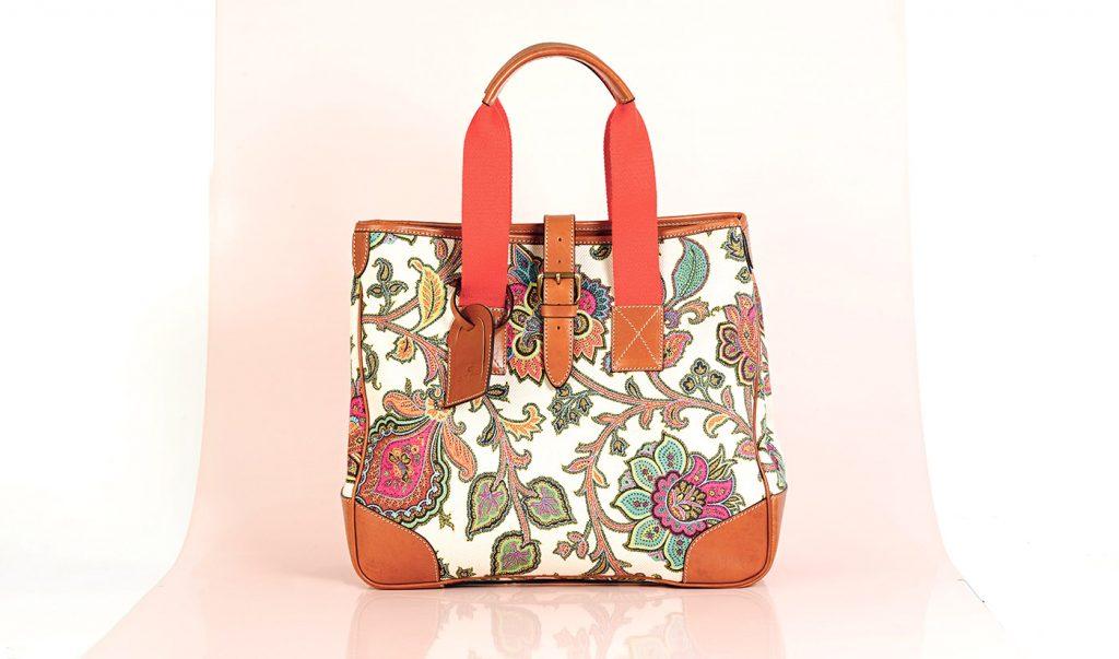 N Style loves Flower Power: Die gemusterte Tasche von Etro aus bedrucktem Canvas und Leder ist in Nürnberg bei Renate Schuler Concept Store erhältlich.