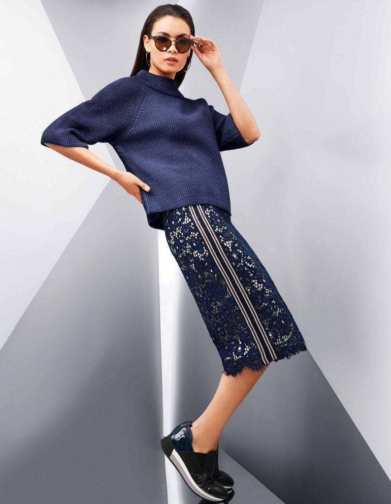 Wie cool und modern der feminine Klassiker Spitze aussehen kann, zeigt der It-Look des Herbsts mit dem Pencilskirt aus Spitze.