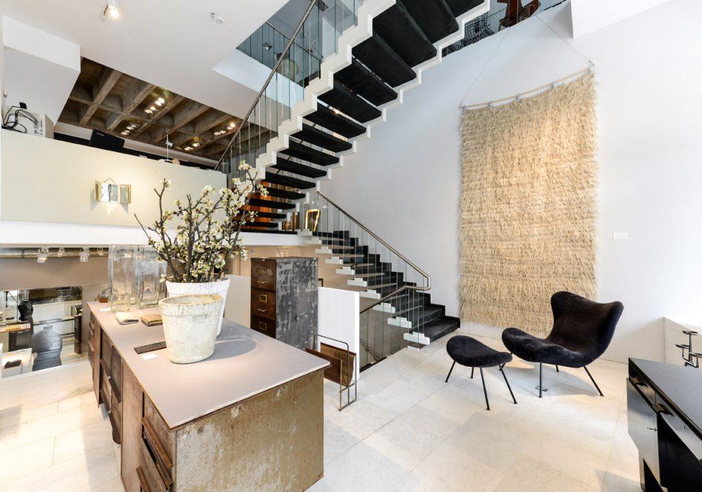 Tobias Markus präsentiert in seinem Geschäft am Hauptmarkt auf vier Etagen ausgefallene Vintage- Möbel, Accessoires, Designer-Schmuck und edle Deko-Objekte.